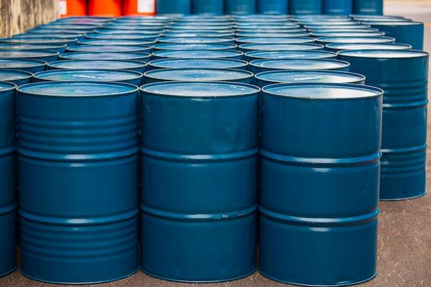 Ölfässer blau oder chemiefässer vertikal gestapelt