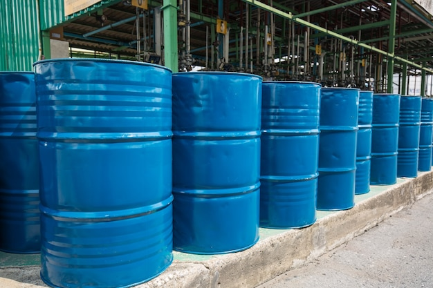 Ölfässer blau oder chemiefässer vertikal