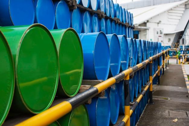 Ölfässer blau und grün oder chemiefässer horizontal gestapelt
