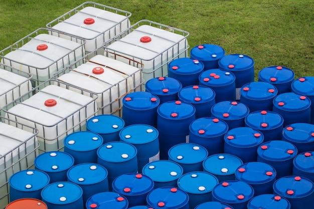 Ölfässer blau und weiß oder chemiefässer gestapelt