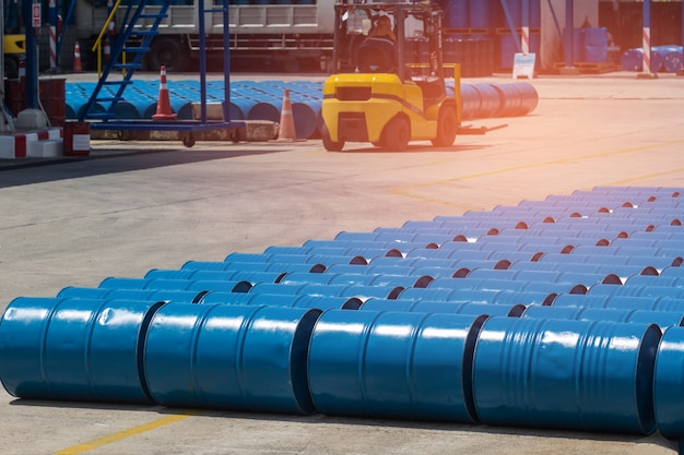 Ölfässer blaue chemikalienfässer horizontal gestapelt heckstapler hebt chemikalienfässer