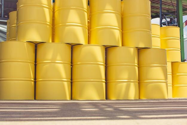 Ölfässer gelb oder chemische fässer vertikal industriell
