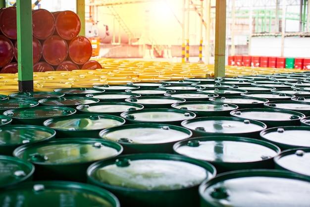 Ölfässer grün oder chemiefässer vertikal gestapelt die industrie