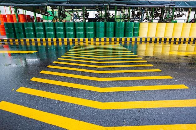 Ölfässer grün oder chemische fässer vertikal gestapelt das gelbe symbol der industriestraße.