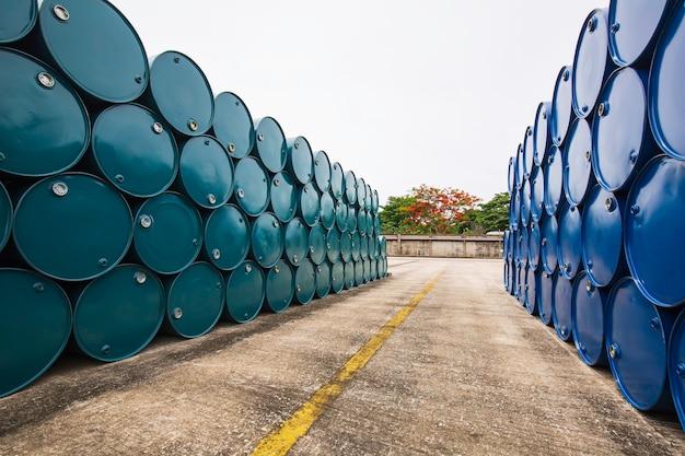 Ölfässer grün und blau oder chemiefässer horizontal gestapelt