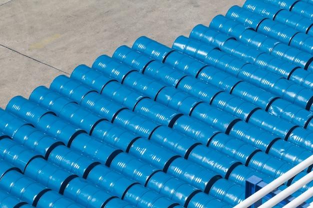 Ölfässer oder chemikalienfässer gestapelt