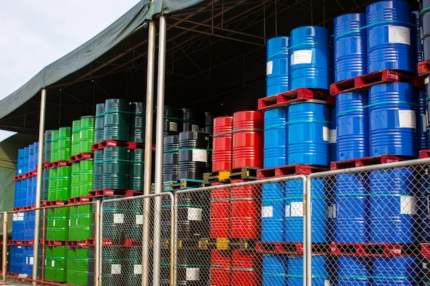 Ölfässer rot blau und grün oder chemiefässer vertikal gestapelt Premium Fotos
