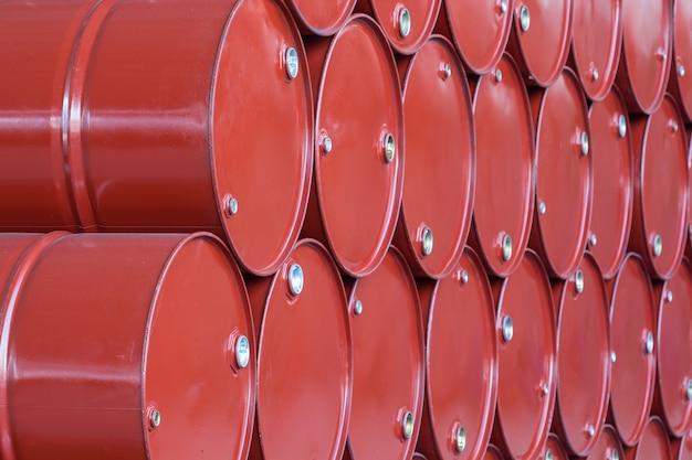 Ölfässer rot oder chemiefässer gestapelt