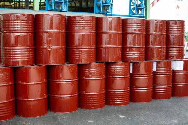 Ölfässer rot oder chemiefässer vertikal gestapelt die industrie.