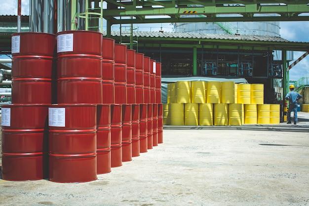 Ölfässer rot und gelb oder chemische fässer vertikal gestapelt industriell