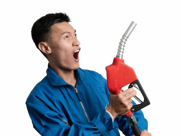 Ölingenieurmann, der heizöl-düse für öl-system gasohol 91 hält.