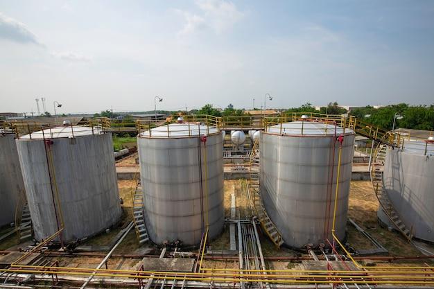 Ölpipeline und öllagertanklager in der erdölraffinerie.