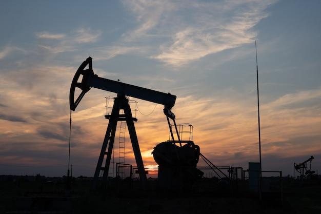 Ölpumpe auf orange sonnenuntergang