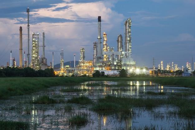 Ölraffinerie in der dämmerung mit himmelshintergrund.