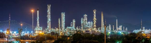 Ölraffinerie mit wasserdampf in hamburg, deutschland, petrochemische industrie bei nacht.
