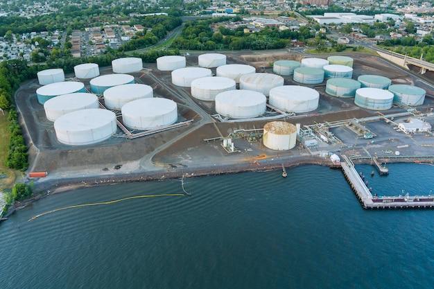 Ölraffinerie von oben auf der industriezone des öltanks industrielle ölpipelines pflanzen die ausrüstung