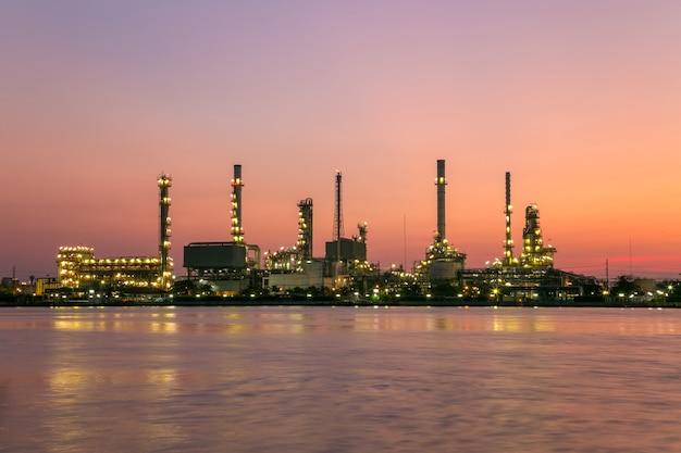 Ölraffinerieanlage aus industrie, petrochemischer öl- und gasraffinerie und pipelineindustrie mit sonnenaufgangshimmel.