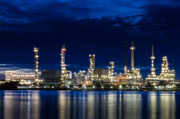 Ölraffinerieanlagenbereich in der dämmerung