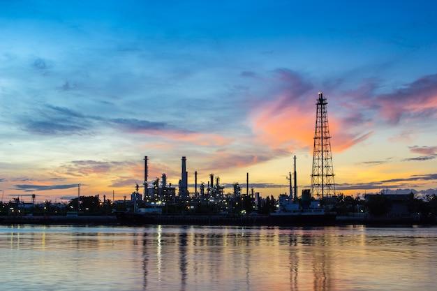 Ölraffineriefabrik am morgen.