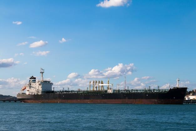 Öltankerschiff im hafen verankert.