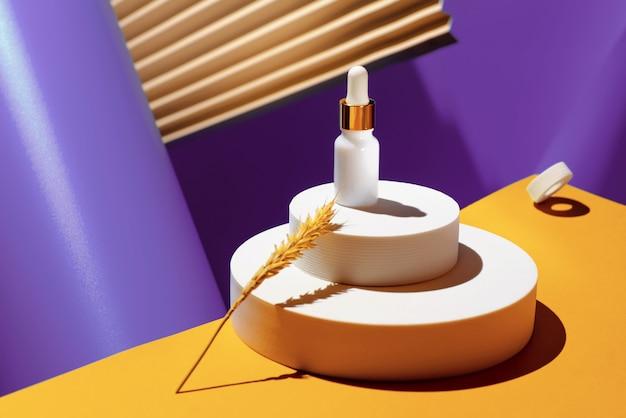 Ölwiederherstellendes serum mit gold, anti-aging-gesichtspflege in kompakten geometrischen formen und fächer. das konzept der schönheit.