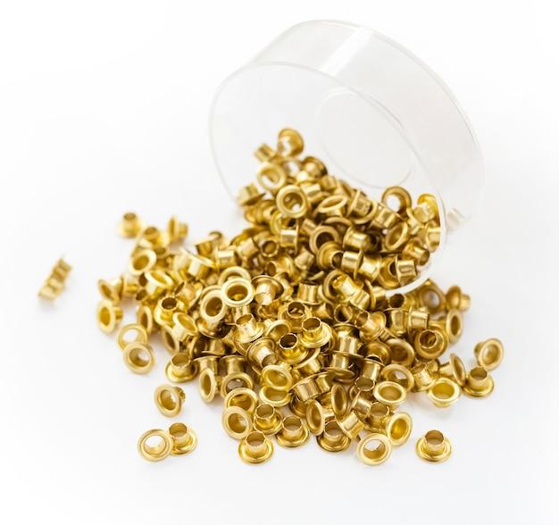 Ösen auf weißem hintergrund metall stahl messing gold kupfer ösen