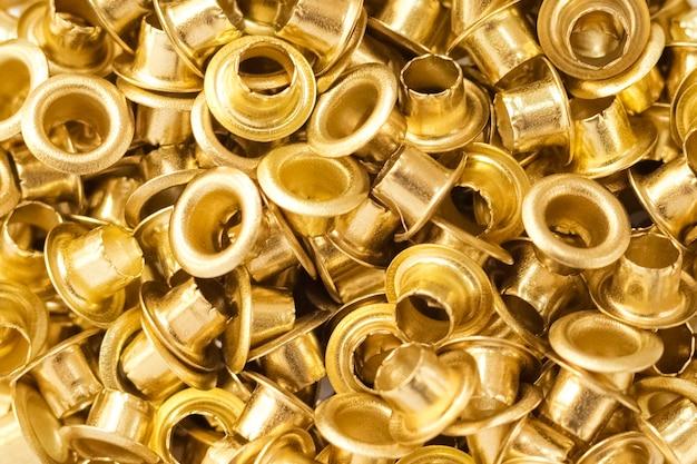 Ösen aus goldfarbenem metall. hintergrund, textur
