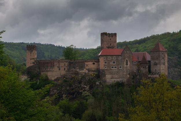 Österreich. altes schloss riegersburg in den bewaldeten bergen im regen