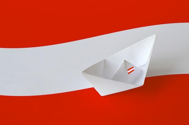 Österreich flagge abgebildet auf papier origami schiff nahaufnahme. hintergrund des handgefertigten kunstkonzepts