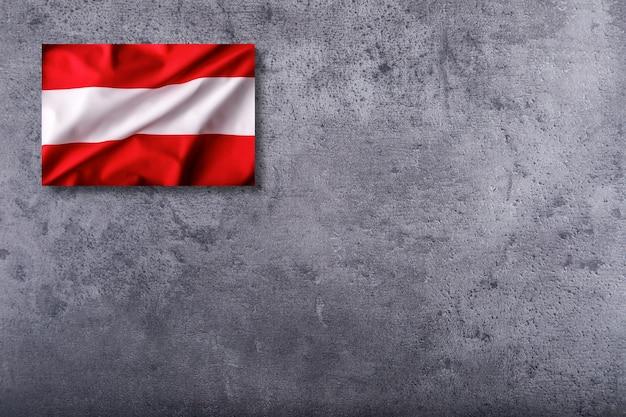 Österreich-flagge auf konkretem hintergrund.