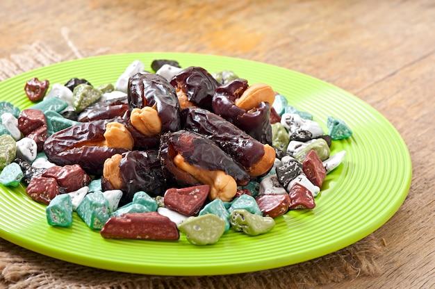 Östliche süßigkeiten auf einem teller