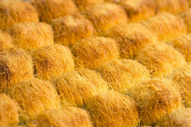 Östliche süßigkeiten, baklava mit honig (selektiver fokus)