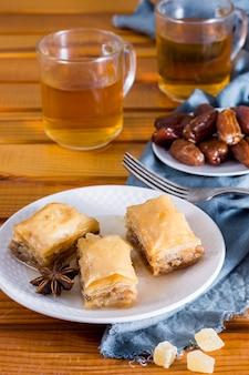 Östliche süßigkeiten mit datteln, obst und tee