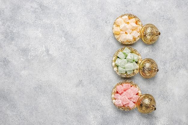 Östliche süßigkeiten. türkischer genuss, lokum mit nüssen, draufsicht.