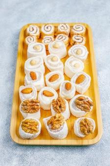 Östliche süßigkeiten. türkischer genuss, lokum mit nüssen