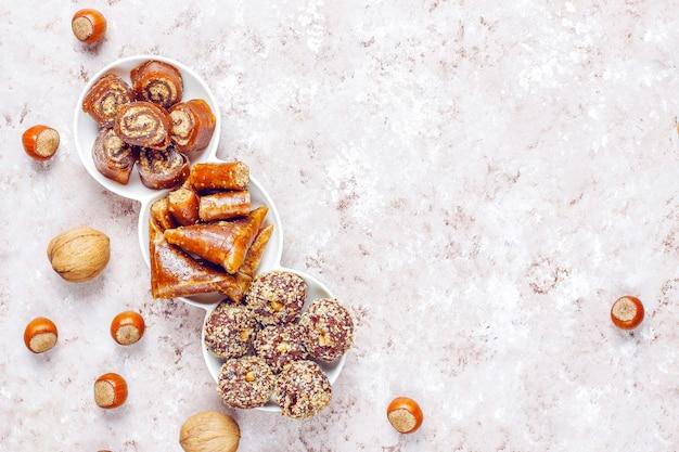 Östliche süßigkeiten, verschiedene traditionelle türkische köstlichkeiten mit nüssen