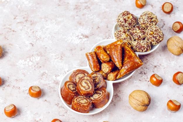 Östliche süßigkeiten, verschiedene traditionelle türkische köstlichkeiten mit nüssen.
