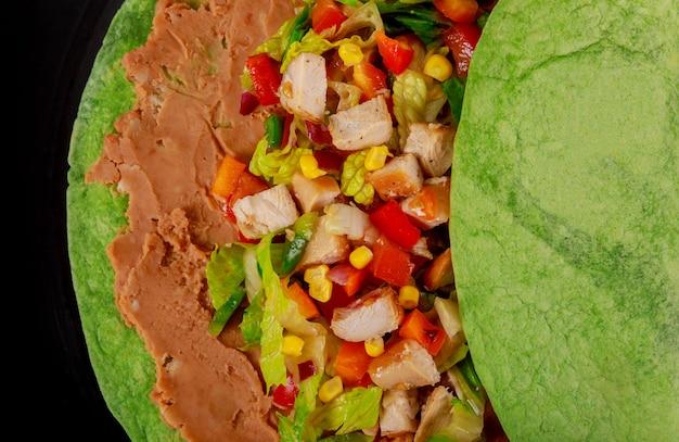 Östlicher würziger burrito mit bohnen und kürbis