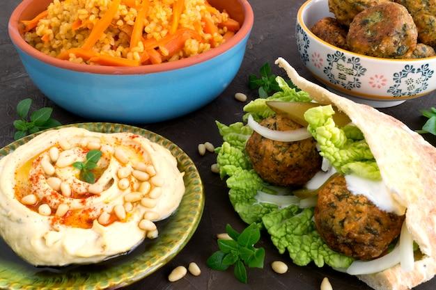 Östliches essen, hummus, bulgurweizen und falafel.