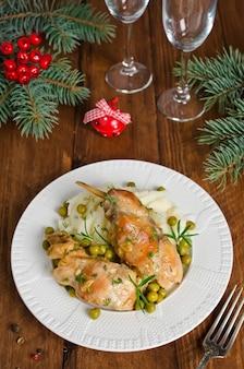 Ofen gebackene kaninchenkeulen mit kartoffeln und rosmarin. rustikaler stil