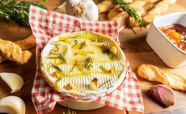 Ofen gebackener camembert mit knoblauch, rosmarin und chutney