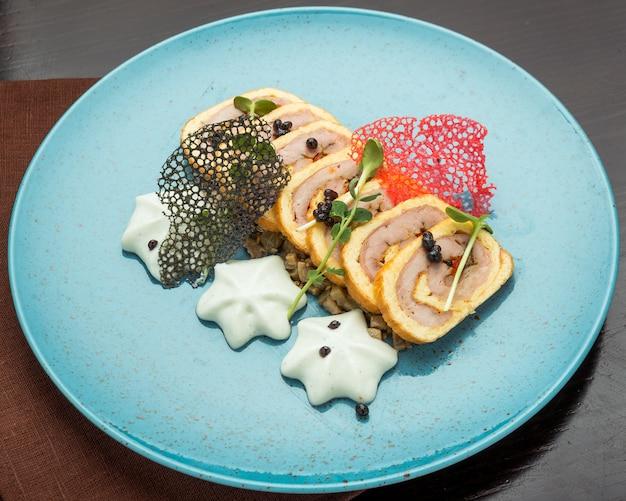 Ofen gebackener hackbraten mit speck, pilzen, karotten, zwiebeln und kartoffelpüree. weihnachts vorspeise