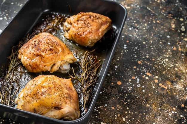 Ofen gebratene hähnchenschenkel mit gewürzen in auflaufform