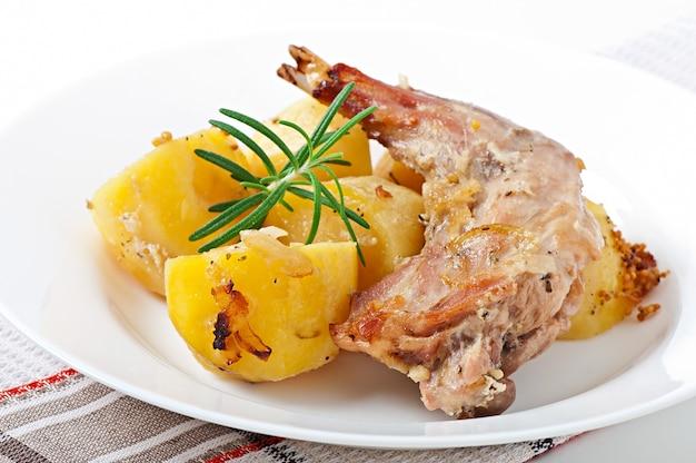 Ofengebackene kaninchenbeine mit kartoffeln und rosmarin