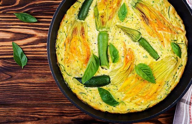 Ofengebackenes omelett mit blumenzucchini in der pfanne