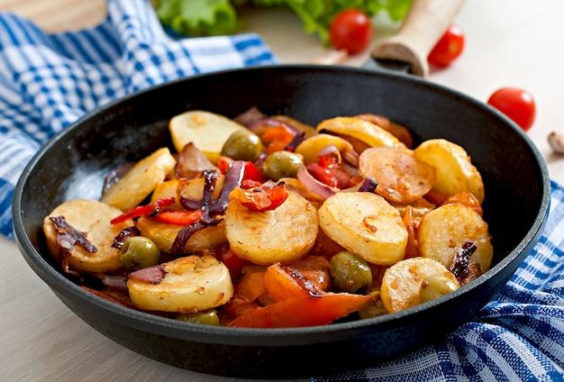 Ofenkartoffel mit gemüse in einer pfanne
