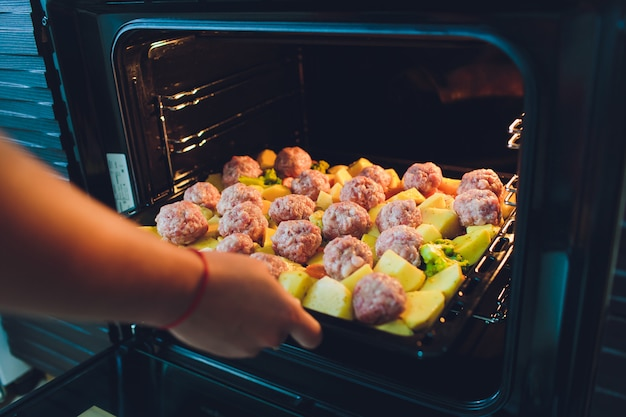 Ofenkartoffelgratin mit hackfleisch ungekocht. hausgemachter kartoffelgratin.