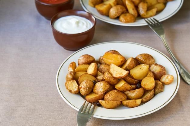 Ofenkartoffelkeile auf einer weißen platte