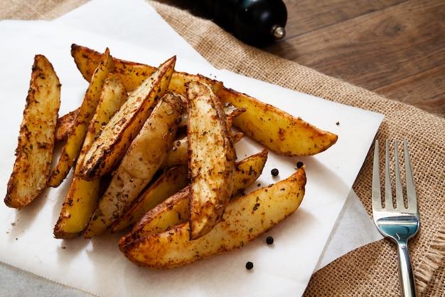 Ofenkartoffelkeile - selbst gemachtes organisches gemüse, vegane kartoffelkeilsnacks