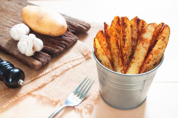 Ofenkartoffeln auf schüssel serviert. gesunder snack oder veganes essen